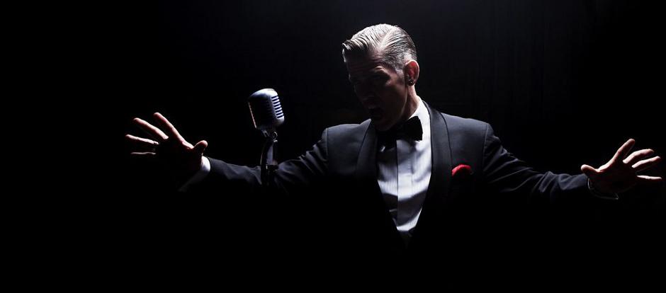 Richard Bowers (UK) er crooner og musikkmaestro